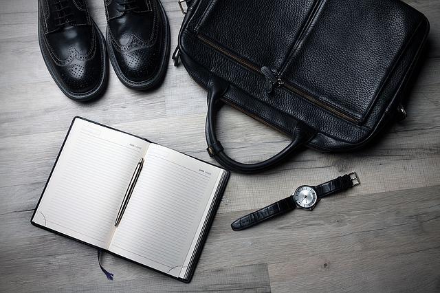 aktovka, boty a zápisník