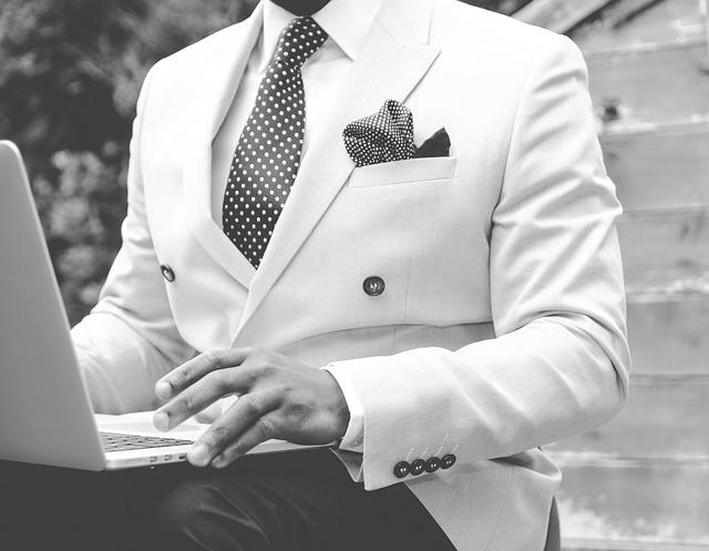 muž v obleku s pc