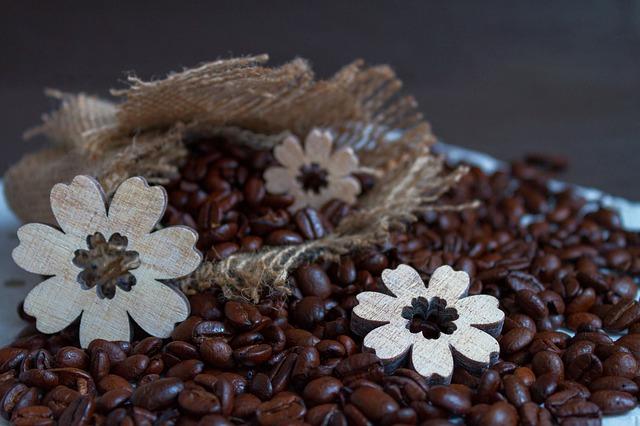zrnková káva a kytičky