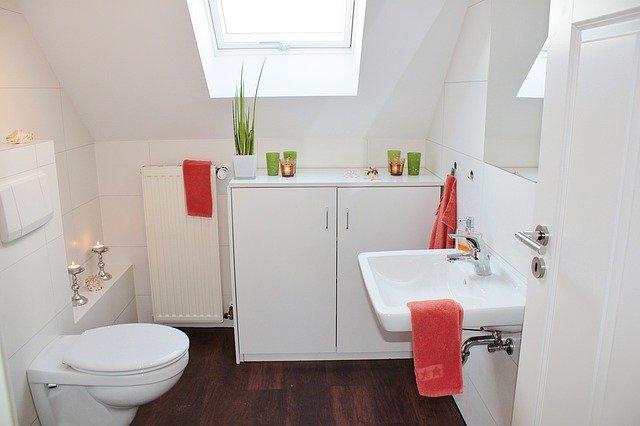 podkrovní toaleta s wc a umyvadlem